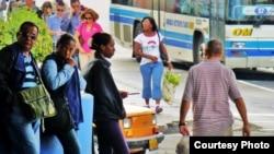 Varios cubanos esperan en las calles de La Habana.