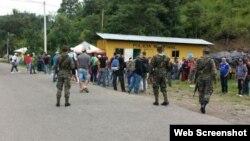 Grupo de 13 cubanos retenidos en aduana de Agua Caliente, Honduras.