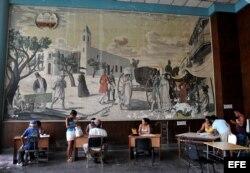 Varias personas son atendidas en una oficina municipal de trabajo en La Habana (Cuba).