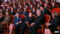 Kim Jong-un (c) junto a primer vicepresidente de Cuba, Miguel Díaz-Canel (2d), y sus respectivas esposas, en concierto celebrado en Pyongyang.