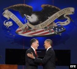 Obama (d) y Romney (i), en medio del debate presidencial en la Universidad de Denver el 3 de octubre del 2012.