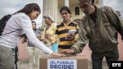 Ciudadanos asisten a la votación de la consulta popular hoy, domingo 16 de julio de 2017, en el barrio Mamera, en Caracas (Venezuela)