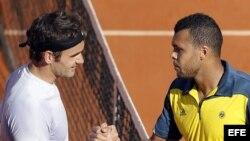 Jo-Wilfried Tsonga (d) es felicitado por Roger Federer, tras el partido de cuartos de final del torneo de Roland Garros ganado por el francés.
