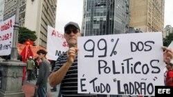 Varias personas participan en una manifestación contra el Mundial de Fútbol Brasil 2014 hoy, jueves 12 de junio de 2014, en Belo Horizonte, estado de Minas Gerais, Brasil.