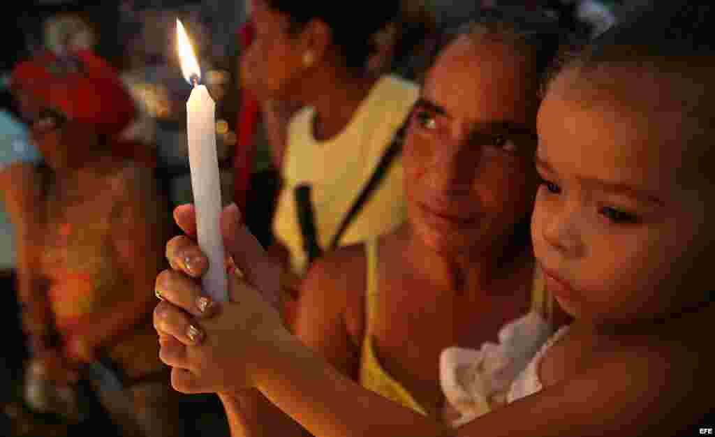 """Miles de devotos católicos son vistos hoy, martes 8 de septiembre de 2015, durante la veneración a la Virgen de la Caridad del Cobre, patrona de la isla, en una procesión en la que pidieron """"paz y amor"""". EFE"""