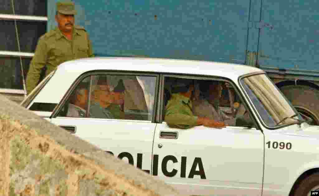 Un disidente conducido al Tribunal en La Habana el 3 de abril de 2003.