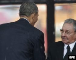 El presidente estadounidense, Barack Obama (i), saludó a Raúl Castro, durante el servicio religioso oficial del expresidente sudafricano Nelson Mandela.