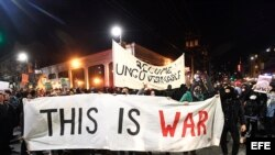Manifestantes protestan en Berkely, California (Estados Unidos).