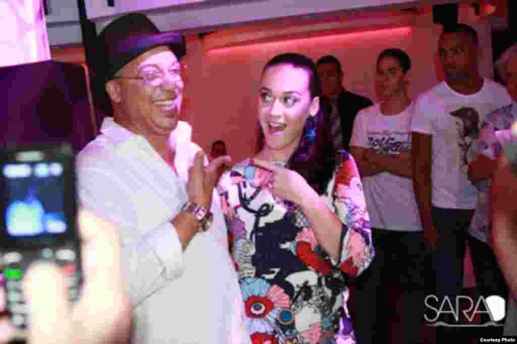 Katy Perry junto al cantante cubano Isaac Delgado en el Sarao´s Bar de La Habana.
