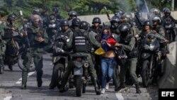 """La Guardia Nacional Bolivariana se enfrenta a manifestantes durante el """"trancazo"""" de diez horas contra la """"dictadura""""."""