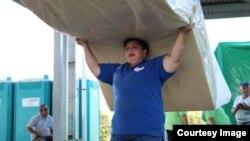 Distribución de colchones en los albergues para cubanos.