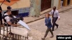 """Bell y Cheadle filman una escena del capítulo """"No es fácil"""" de """"House of Lies"""" en La Habana Vieja. (Showtime)"""