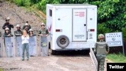 La Guardia Nacional impide a Lilian Tintori entrar a la prisión de Ramo Verde para ver a Leopoldo López.