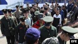 Marines surcoreanos regresan a su base naval de la isla de Yeonpyeong cerca de la frontera marítima con Corea del Norte.