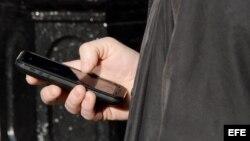 Personas utilizando teléfonos celulares