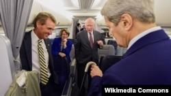 De izquierda a derecha los senadores Flake (R-AZ), Klobuchar (D-MN) y Leahy (D-VT); de espaldas el ex secretario de Estado Kerry, durante su viaje a La Habana para inaugurar la Embajada de Estados Unidos.