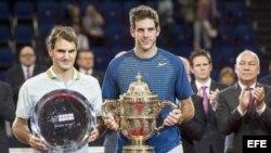 Roger Federer (i) junto Juan Martín del Potro (d), en la ceremonia de premiación.
