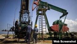 Explotación de un pozo de petróleo en Cuba.