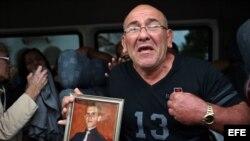 Familiares de las víctimas que ya han sido identificadas reciben sus restos.