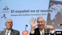 El ministro de Asuntos Exteriores, José Manuel García Margallo (dcha), acompañado del director del Instituto Cervantes, Víctor García de la Concha, durante la presentación del Anuario de esta institución.