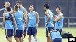 Jugadores del FC Barcelona Pedro, Neymar Junior, Piqué, Adriano, Luis Suárez y Messi, durante un entrenamiento en la Ciudad Deportiva Joan Gamper (i-d).