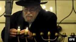 Durante la celebración de Hanukkah o fiesta de las luces se enciende el candelabro judío, la Menorah.