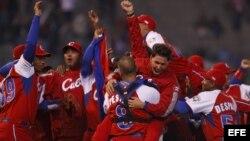Foto de archivo. Jugadores del equipo de Cuba, tras derrotar a Australia, en el Clásico Mundial de Béisbol que se llevo a cabo en México, en 2009