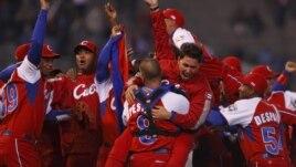 Foto de archivo. Jugadores del equipo de Cuba, tras derrotar a Australia, en el Clásico Mundial de Béisbol que se llevo a cabo en México, en 2009.
