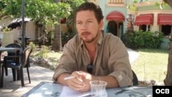 1800 Online con el actor cubano Jorge Ferdecaz.