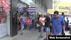 Cubanos reclamaron a la gerencia de la Zona Franca de Colón, en Panamá, por estafa.