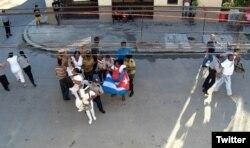 Fuerzas policiales arrestan a Damas de Blanco y activistas de DDHH en La Habana.