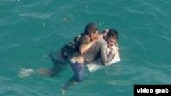 Asidos a un pedazo de su balsa dos cubanos esperan ser rescatados cerca de Turkey Point, al sur de Miami (WSVN 7).