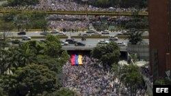 Centenares de personas participan en una marcha contra el gobierno de Nicolás Maduro