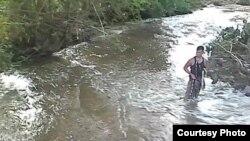 La pesca en el contaminado Río El Salado de Bayamo, está ocurriendo sin que las autoridades tomen medidas. (Foto: Yunior Berges)
