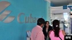 Una pareja compra un teléfono en una oficina de la empresa estatal Cubacel, perteneciente a ETECSA.