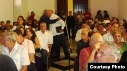 """Carlos Saladrigas (pasillo) abraza al expreso político Oscar Espinosa """"Chepe"""". Cortesía Juan Antonio Madrazo."""