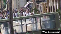 Foto tomada por @ivanlibre durante la detención arbitraria de Damas de Blanco en Matanzas.