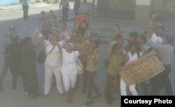 Damas de Blanco arrestadas frente a la sede en Lawton Foto Angel Moya Domingo 4 de febrero