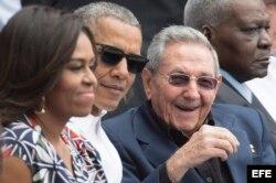 Barack y Michelle Obama conversan con el presidente cubano, Raúl Castro, durante el partido de béisbol en el Latino.