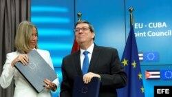 La jefa de la diplomacia europea, Federica Mogherini, intercambia documentos con el canciller cubano, Bruno Rodríguez.