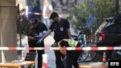 Policías revisan la escena tras la explosión en Ansbach. EFE