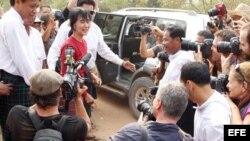 La líder del movimiento democrático de Birmania y premio Nobel de la Paz, Aung San Suu Kyi, habla con los medios de comunicación durante su visita a un centro electoral en Rangún, Birmania.