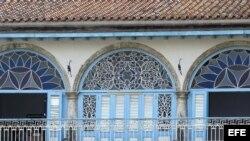 Arcadas y vitrales en La Habana.