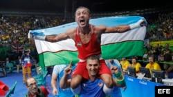 El campeón uzbekco Gaibanazarov de los superligeros.