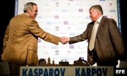 (i-e) Gary Kasparov y Anatoly Karpov, el 24 de septiembre de 2009, en Valencia, España.