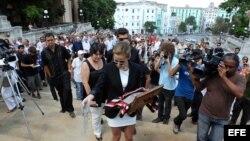 Claudia Guevara (cen), nieta del fallecido intelectual cubano Alfredo Guevara, esparce las cenizas de su abuelo.