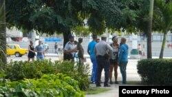 Policías solicitan identificación a jóvenes en el Parque Central, La Habana. Foto: Ernesto Pérez Chang (cortesía).