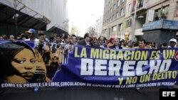 Foto de archivo. Inmigrantes gritan consignas durante una marcha el 17 de agosto de 2014, en Santiago de Chile.