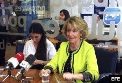 La presidenta del PP de Madrid, Esperanza Aguirre (d), junto a la periodista y disidente cubana Yoani Sánchez (i), durante la reunión que han mantenido hoy en el despacho de Aguirre.