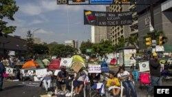 Un grupo de manifestantes opositores al gobierno de Nicolás Maduro realiza una protesta.